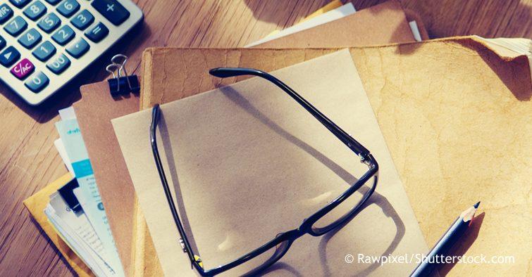 Brille auf Schreibtisch