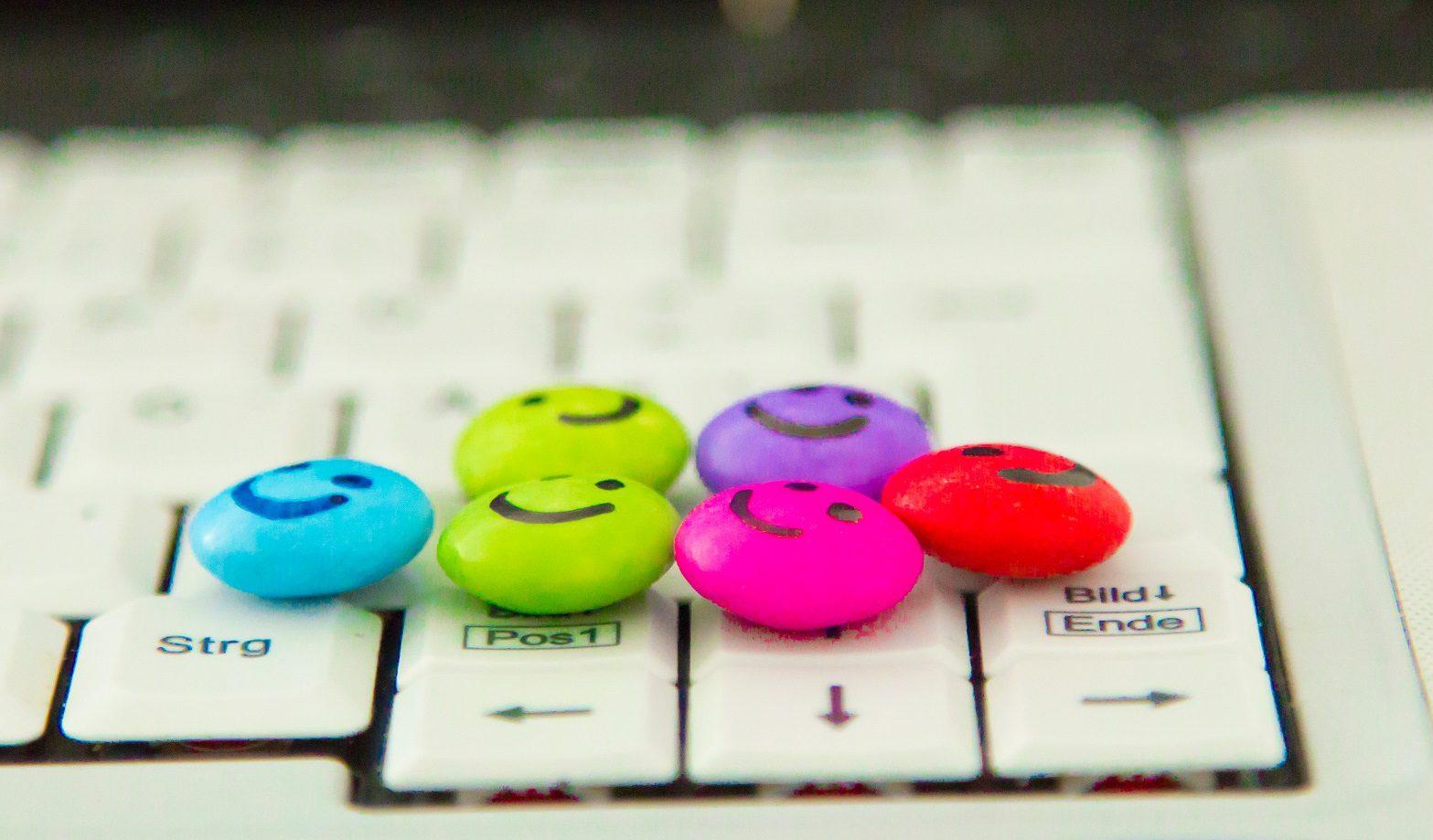 Smarties auf Tastatur