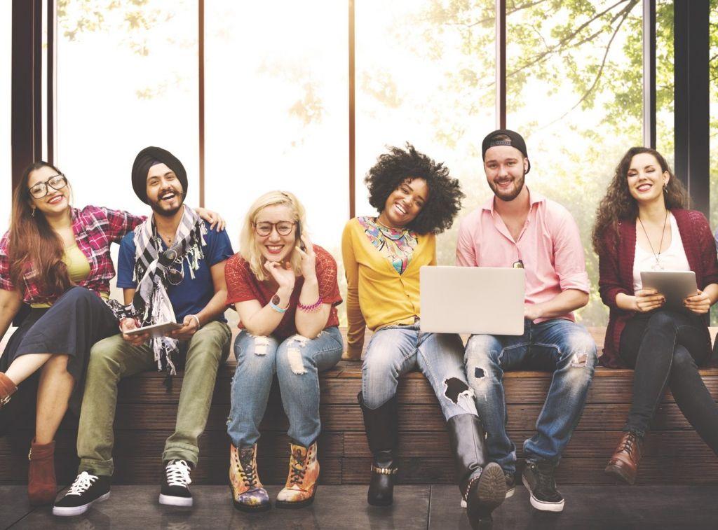 Junge Menschen sitzen auf einer Bank