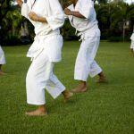 Junge Menschen trainieren Karate